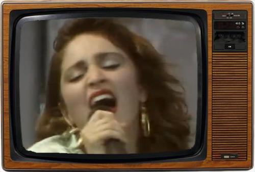 Madonna, en un arranque de genialidad, inventando notas que no están en la escala (imagen: NBC)