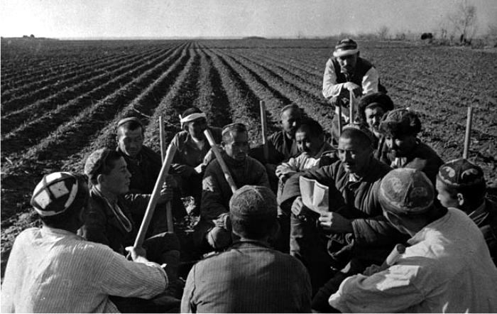 Campesinos uzbekos en granja colectiva soviética, años treinta. (DP)