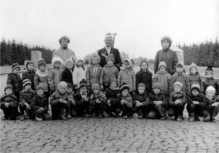 Aquí estoy con los compañeros de la guardería en una de las muchas excursiones obligatorias al Parque de la Victoria de Omsk, en honor a los veteranos de guerra. Más tarde, ya en el colegio, seguiríamos teniendo este tipo de excursiones.