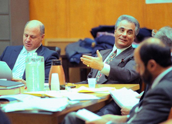 John Gotti hablando con sus abogados (Foto: Corbis).