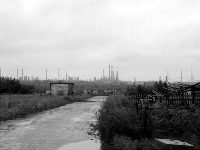 Imagen de las chimeneas de las refinerías desde nuestro barrio. La fotografía es del 2006.
