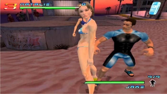 """Cameron Díaz indefensa ante el cortejo ritual del submarinista achaparrado; tierna secuencia del juego """"Los ángeles de Charlie"""" (imagen: Ubisoft)"""