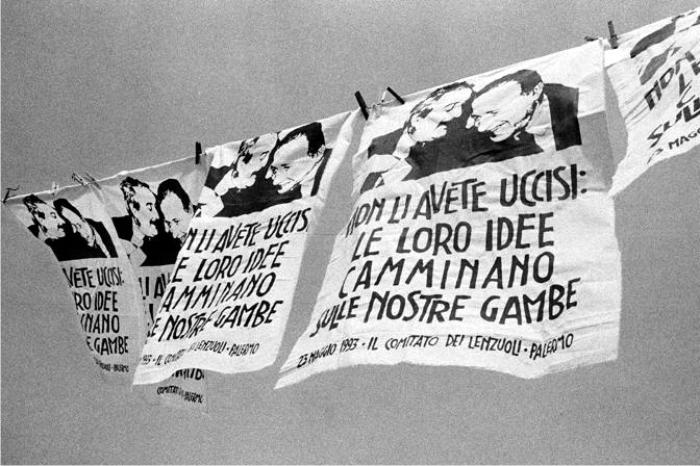 Palermo recuerda a Falcone y Borsellino. La leyenda dice «No los matásteis, sus ideas caminan con nuestras piernas». Foto cortesía de Archivo antimafia.