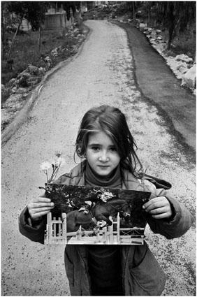 Una niña muestra una foto de Giussepe Di Matteo.