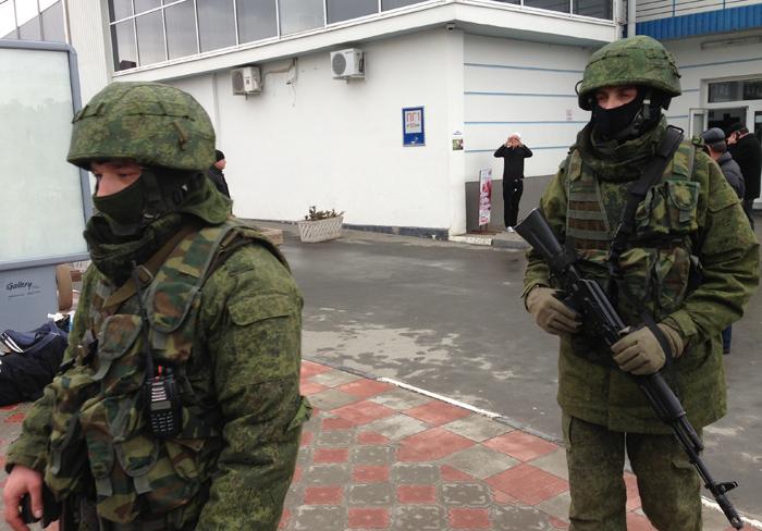 """Los apodados """"Hombrecillos Verdes"""", tropas sin insignias que ocuparon puntos estratégicos de Crimea. De inmediato se los señaló como tropas rusas de incógnito."""