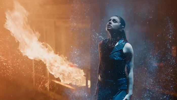 MIla Kunis en peligro: al fondo, el guión del film implosiona sobre sí mismo (foto: Warner Bros)
