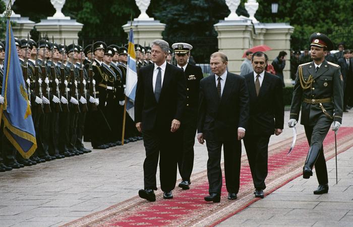 Leonid Kuchma, presidente de Ucrania durante diez años repletos de corrupción y autoritarismo, durante una visita oficial de Bill Clinton en 1995.
