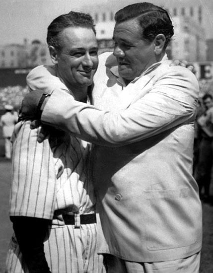 Babe Ruth abraza a Lou Gehrig (1939). Foto: Universidad de columbia (DP)
