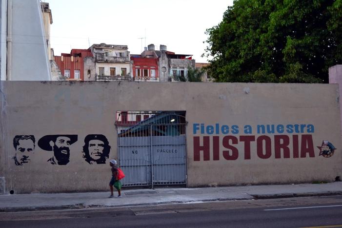 Cartel de la propaganda de la Revolución, en la Avenida Salvador Allende de La Habana.