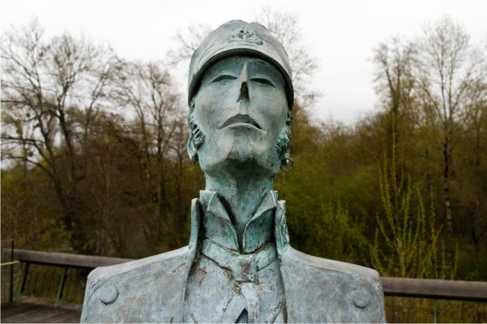Detalle de la estatua de Corto Maltés en Algulema.