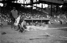 Lou Gehrig puntuando frente a Hank Severeid . Foto: Library of Congress (DP)