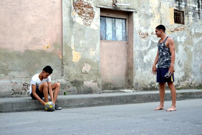 Un grupo de jóvenes juega al fútbol en una calle céntrica de Santa Clara.