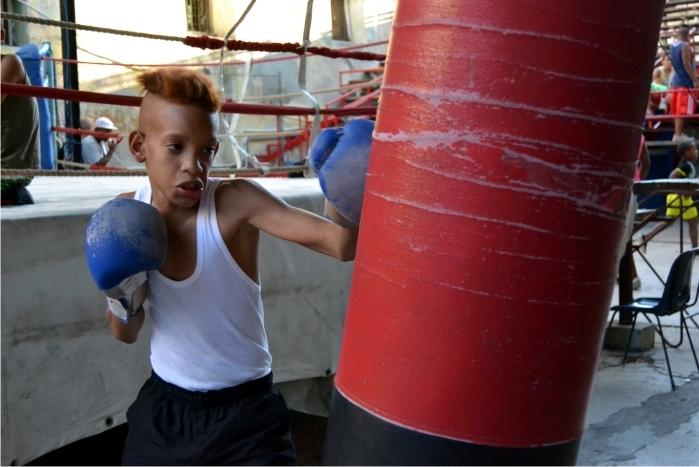Un joven boxeador se entrena en el gimnasio Rafael Trejo de Habana Vieja.