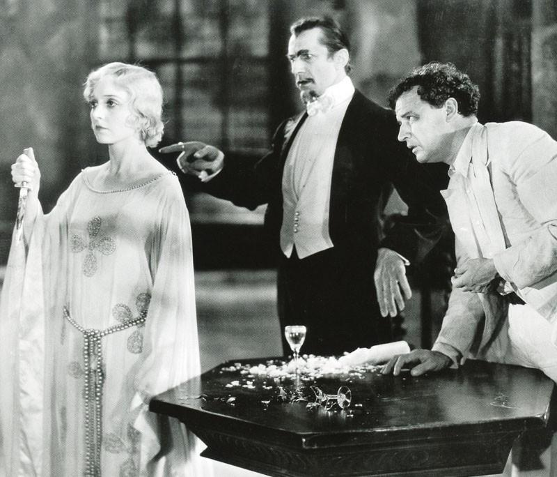 """Bela Lugosi comandando a la """"zombi blanca"""" en la película que inauguró el género."""