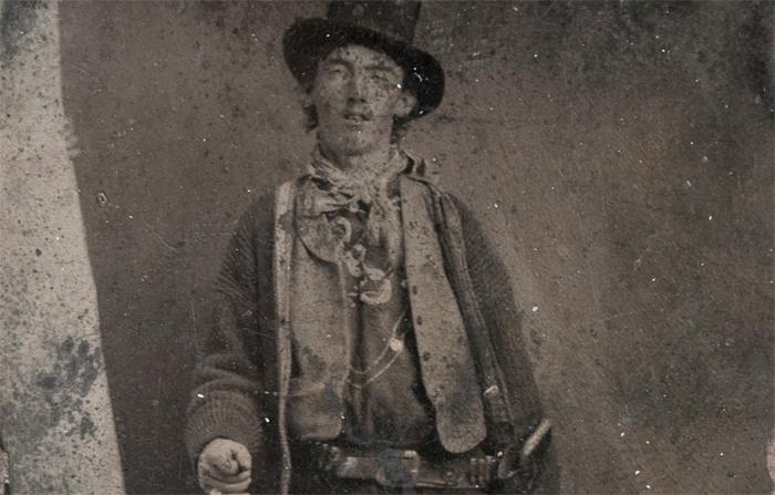 La única imagen real de Billy el NIño es este ferrotipo realizado en 1879-8, uno o dos años antes de su muerte. Por aquella época tenía unos dieciocho años, trabajaba como cowboy en un rancho de Nuevo México y estaba a punto de convertirse en el forajido más famoso del mundo. Vendida en 2011 por más de 2 millones de dólares, es la cuarta fotografía más cara de la Historia. (foto: DP)