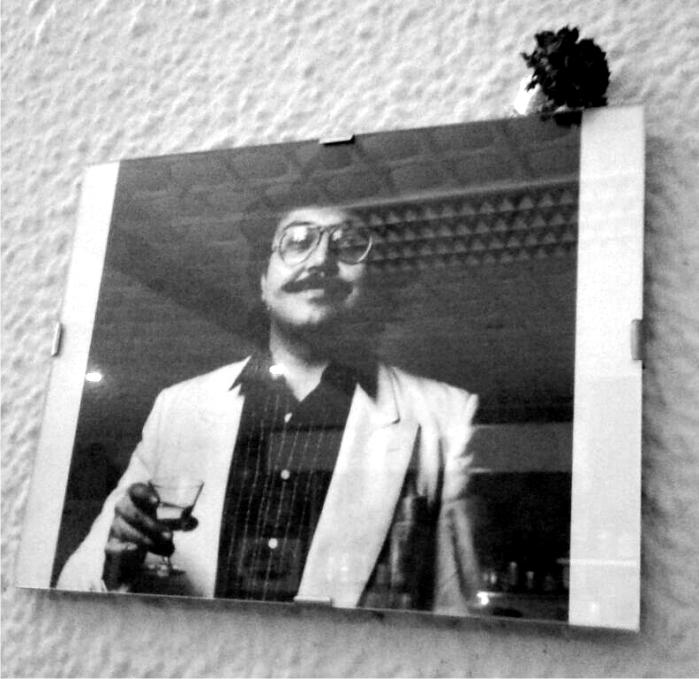 Fotografía de Gato Pérez en la pared del bar Resolis, Plaça del Raspall, barrio de Gracia. Foto: Carles A. Foguet.