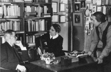 James Joyce con Sylvia Beach y Adrienne Monnier en la librería Shakespeare & Co. Foto: Gisèle Freund (DP)