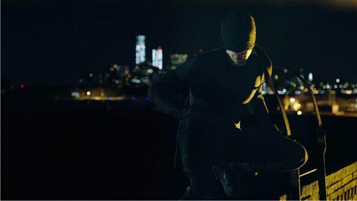 """Esta pose se conoce como """"cuclillas del superhéroe"""". Un clásico en cualquier justiciero nocturno que suba a un tejado para otear. Imagen: Netflix."""