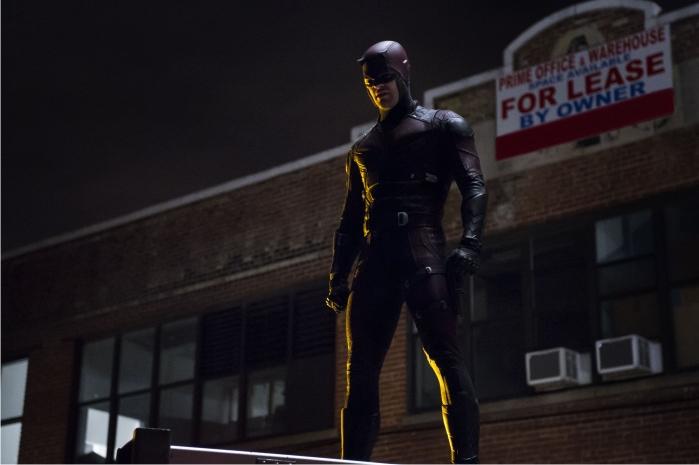 Otra pose clásica, el «superhero night fucker». Fundamental si se estrena traje. Imagen: Netflix.