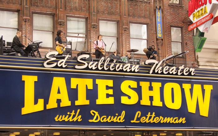 Paul McCartney tocando sobre la marquesina del Ed Sullivan Theater, donde se grababa el programa de Letterman.