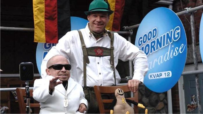 Uwe Boll en una escena de Postal (el de sombrero). Imagen de Running With Scissors, Inc.