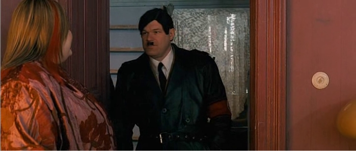 Uwe Boll disfrazado de Hitler en Blubberella. Imagen de Boll KG Productions.