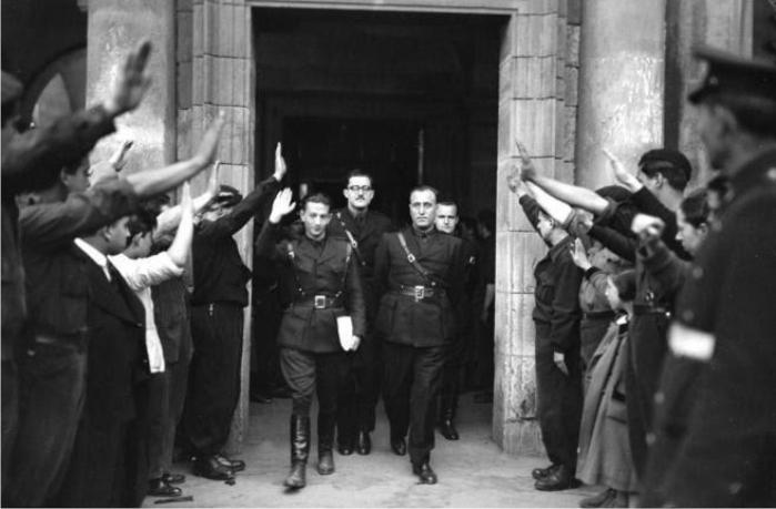 Dionisio Ridruejo, José Antonio Gimenez Arnau, Velez y Rivera de la Portilla salen de la segunda sesión del Consejo Nacional de F.E.T. y de las J.O.N.S. en Burgos, marzo de 1938. Foto: DP.