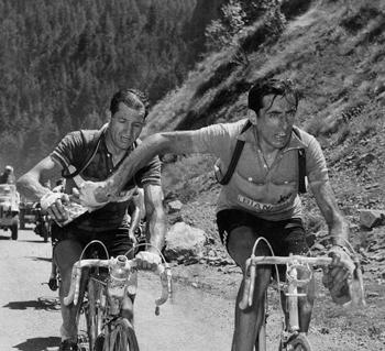 Famosa imagen de Fausto Coppi (derecha) entregándole un bidón a Gino Bartali (Foto: DP)