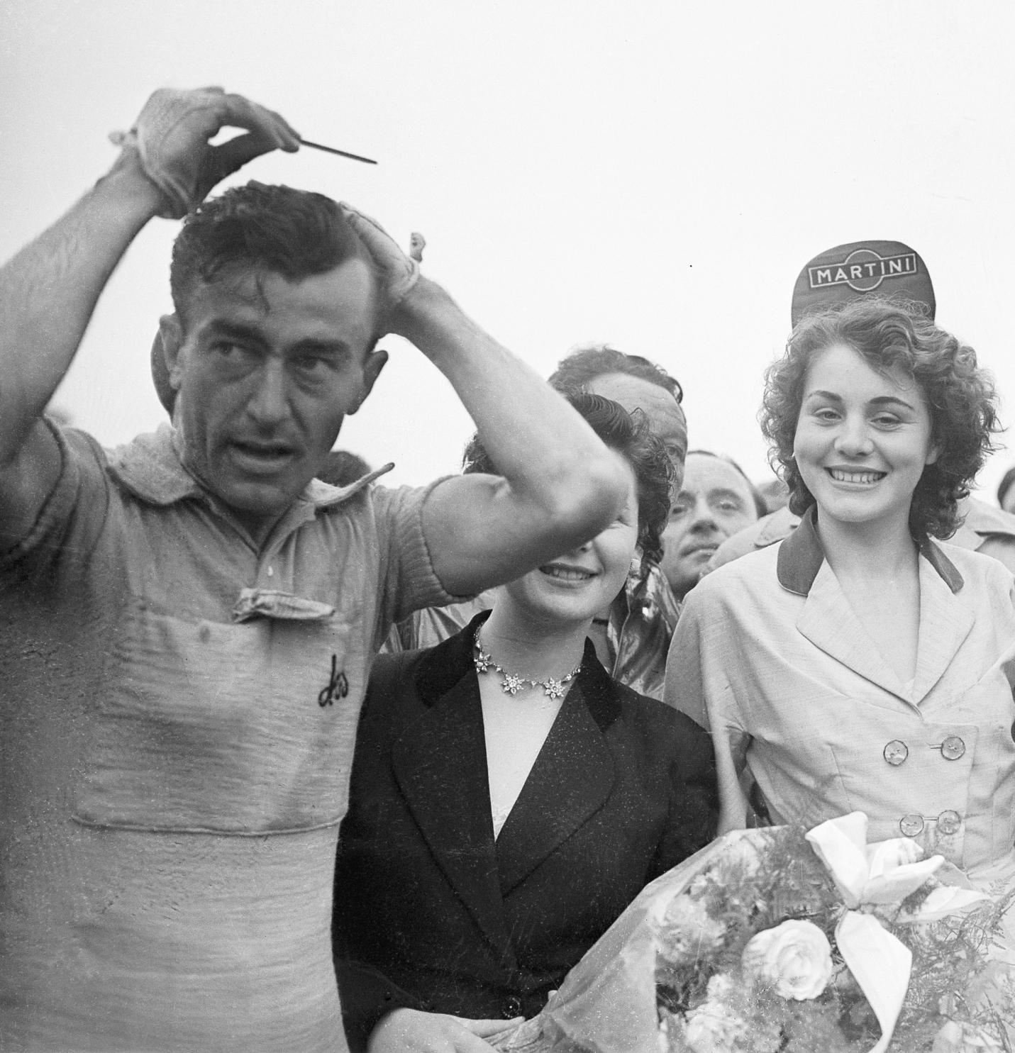 Louison Bobet en el Tour de 1954, acicalándonse para el final de etapa (foto: Corbis)