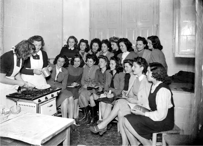Clases de cocina de la sección femenina.