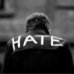 Solo era un crío con la palabra «odio» en su chaqueta