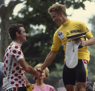Cambio de guardia en 1986: Bernard Hinault, con el maillot moteado de rey de la montaña, saluda a Greg LeMond, maillot amarillo (foto: Corbis)