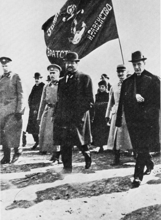 Kérenski, con el brazo en cabestrillo, acompañado del socialista francés y ministro de Municiones Albert Thomas y del comandante de la guarnición capitalina, el general Lavr Kornílov. Foto: DP.