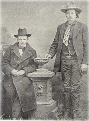 James Dolan (sentado) Y Bob Olinger (en pie), dos de los peores enemigos de Billy el Niño (foto: DP)