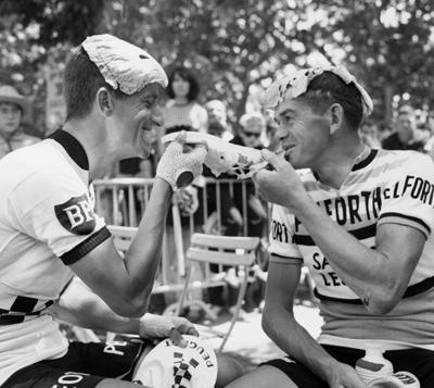 Tom Simpson (izquierda) bromea con Andre Foucher y unas hojas de col (foto: Corbis)