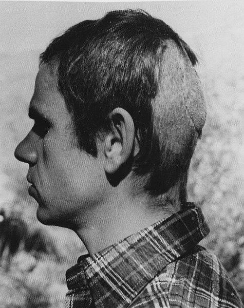 Jan de Bont luciendo rapado capilar después de que unos colmillos le fundiesen las únicas dos neuronas que opinaban que Speed 2 y La guarida no eran una buena idea. Imagen: Drafthouse Films.