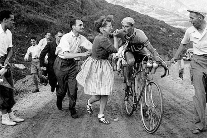El fogoso Ferdi Kübler, durante una de sus escaladas suicidas, recibe los pasionales ánimos de su mujer (foto: DP)