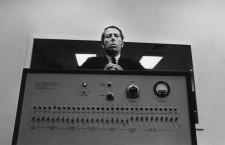 Milgram y su falsa máquina de achicharrar. Fotografía: Joel Elkins / Yale University Archives, Digital Images Database