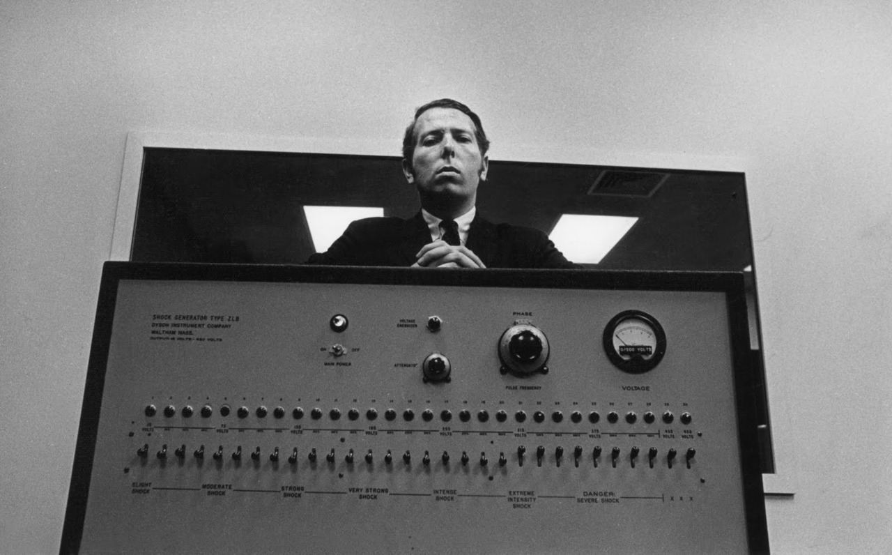 Milgram y su falsa máquina de achicharrar. Fotografía: Joel Elkins / Yale University Archives, Digital Images Database