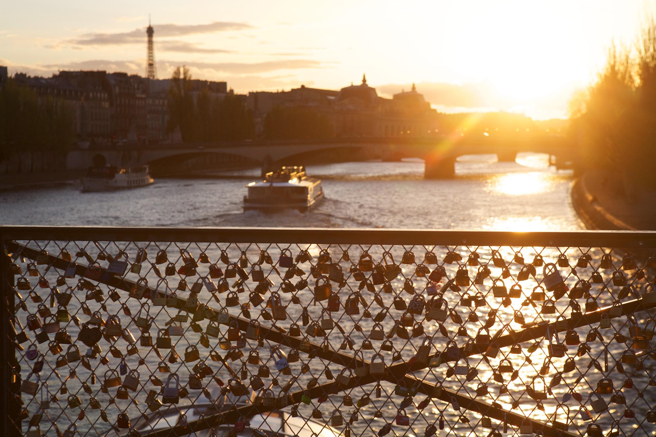 «Candados de amor eterno» en el Pont des Arts que acabará retirando un empleado del ayuntamiento con una cizalla. Fotografía: Corbis