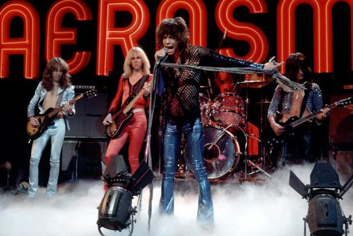 """Aerosmith actuando en el programa """"The Midnight Special"""" durante 1974. (imagen: NBC)"""