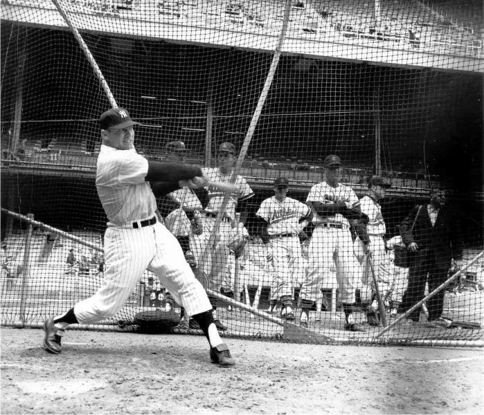 Mickey Mantle practica su swing desde el perfil diestro ante la mirada de jugadores de los Kansas City A's. Foto: New York Yankees (DP)