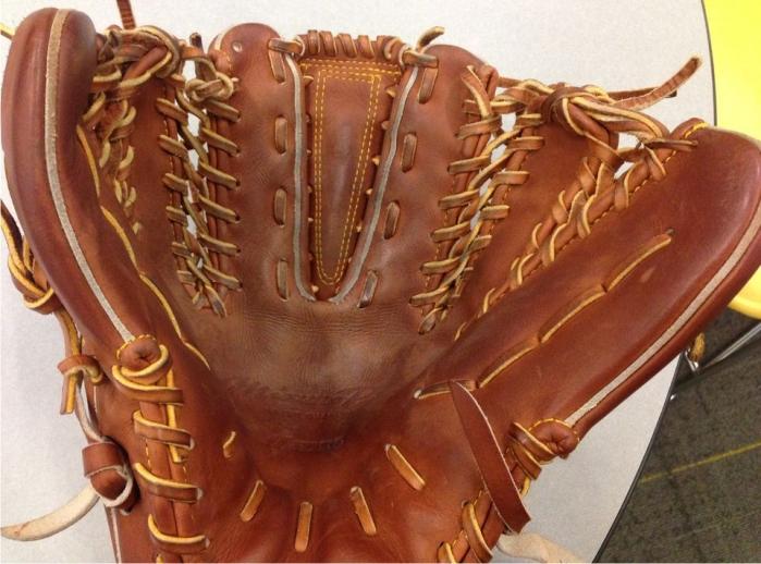 El particular guante de Pat Venditte. Imagen: Arizona Sports FM.