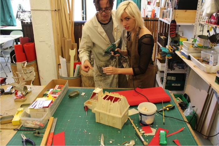 Amanda Tijeras y Hernán Pacheco Puig, alumnos de SUR en el taller de Escultura. Foto: cortesía de SUR.