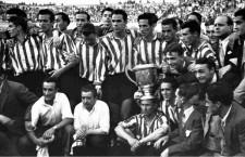 Escudero, tercero por la izquierda, después de ganar la Copa del Generalísimo del 44. Imagen: cortesía de Memorias del fútbol vasco.
