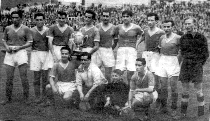 Rafael Escudero posa con la Copa de campeones de España de aficionados del 45. Imagen: cortesía de Memorias del fútbol vasco.