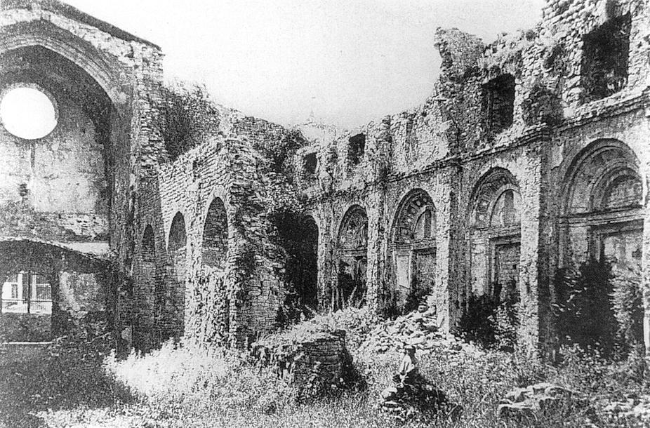 """Monasterio de Santa Maria de Ripoll después del ataque e incendio durante las """"bullangas"""" de 1835"""