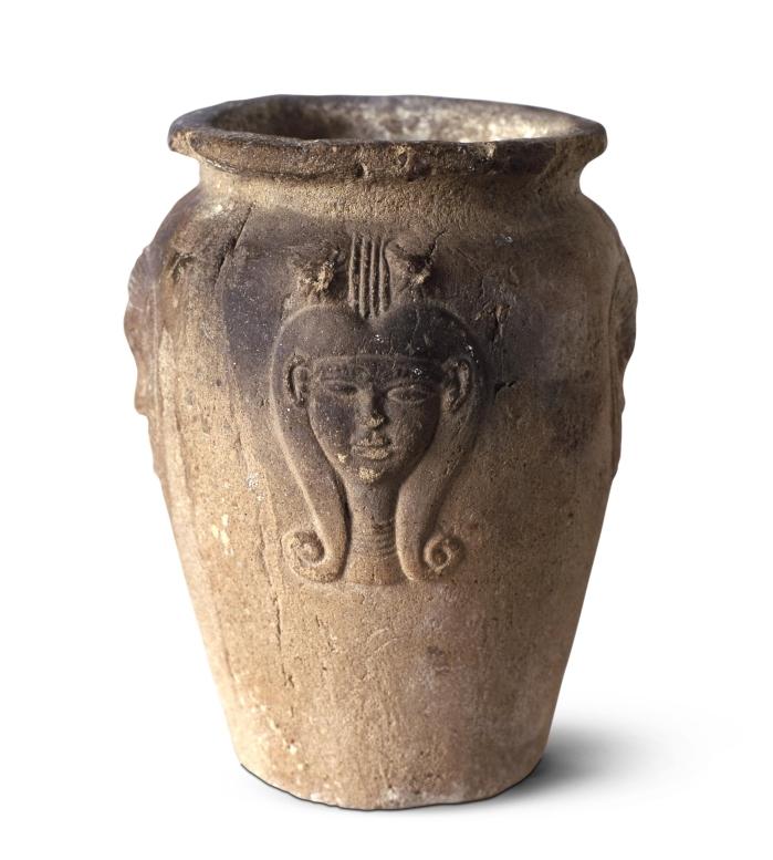 Vaso con la diosa hathor. Cerámica egipcia XXII Dinastía, 945-715 a.C. (DP)