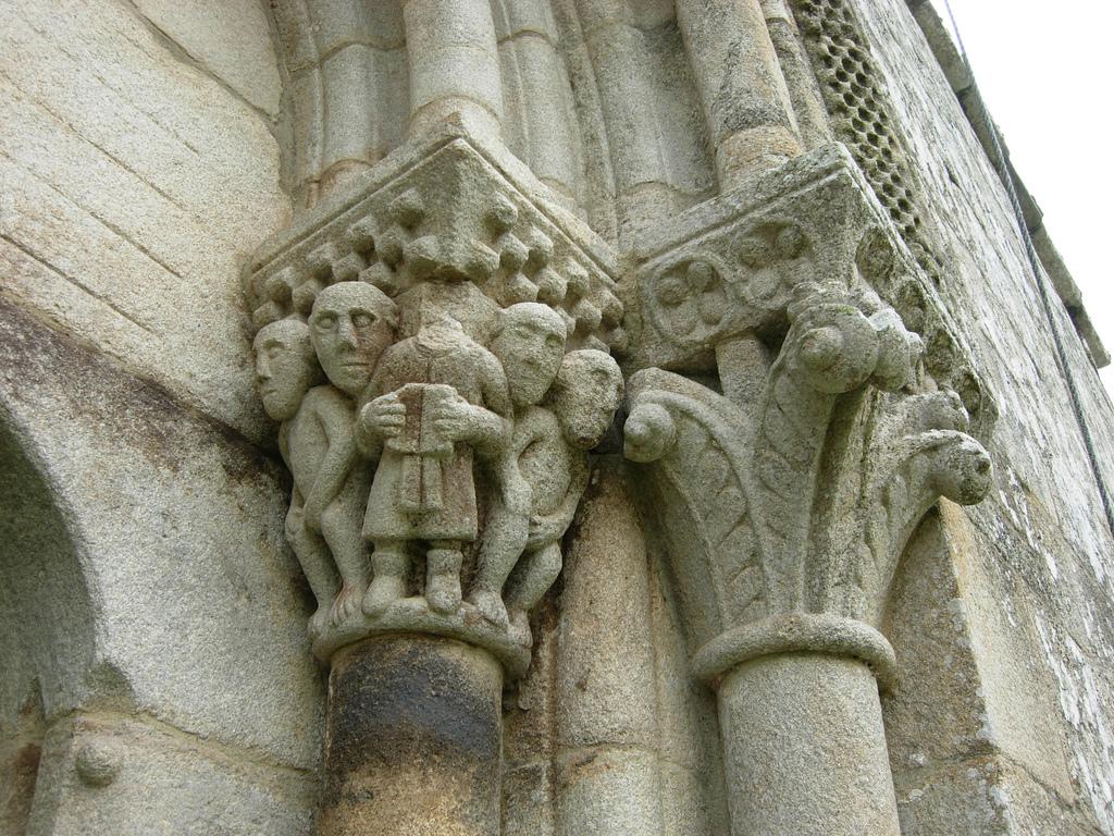 Capitel izquierdo de la fachada occidental de San Pedro de Ansemil. Fotografía: José Antonio Gil Martínez (CC)