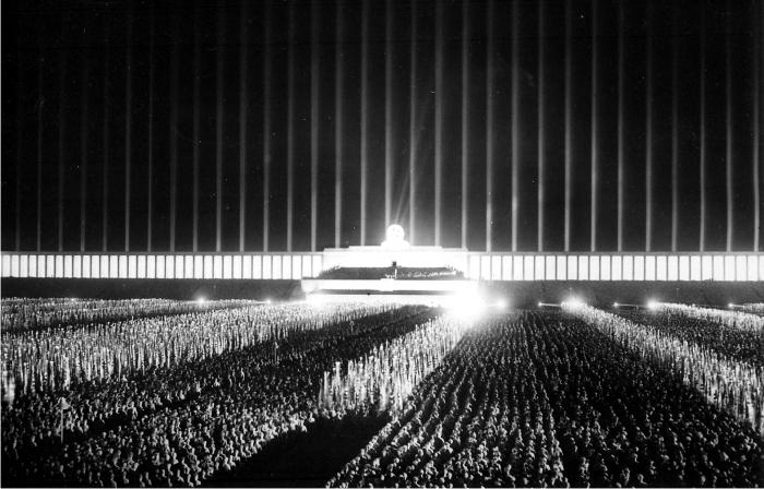 La Catedral de Luz, ideada por albert Speer con focos antiaéreos para las reuniones del partido en Nuremberg. Foto: DP.